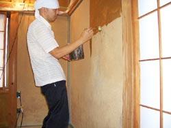2 壁全面に硬化剤を塗る