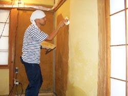 3 固まった壁面に全面パテを施し、平らな下地を作る