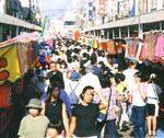 本町通りはえんま市の縁日で賑わいます